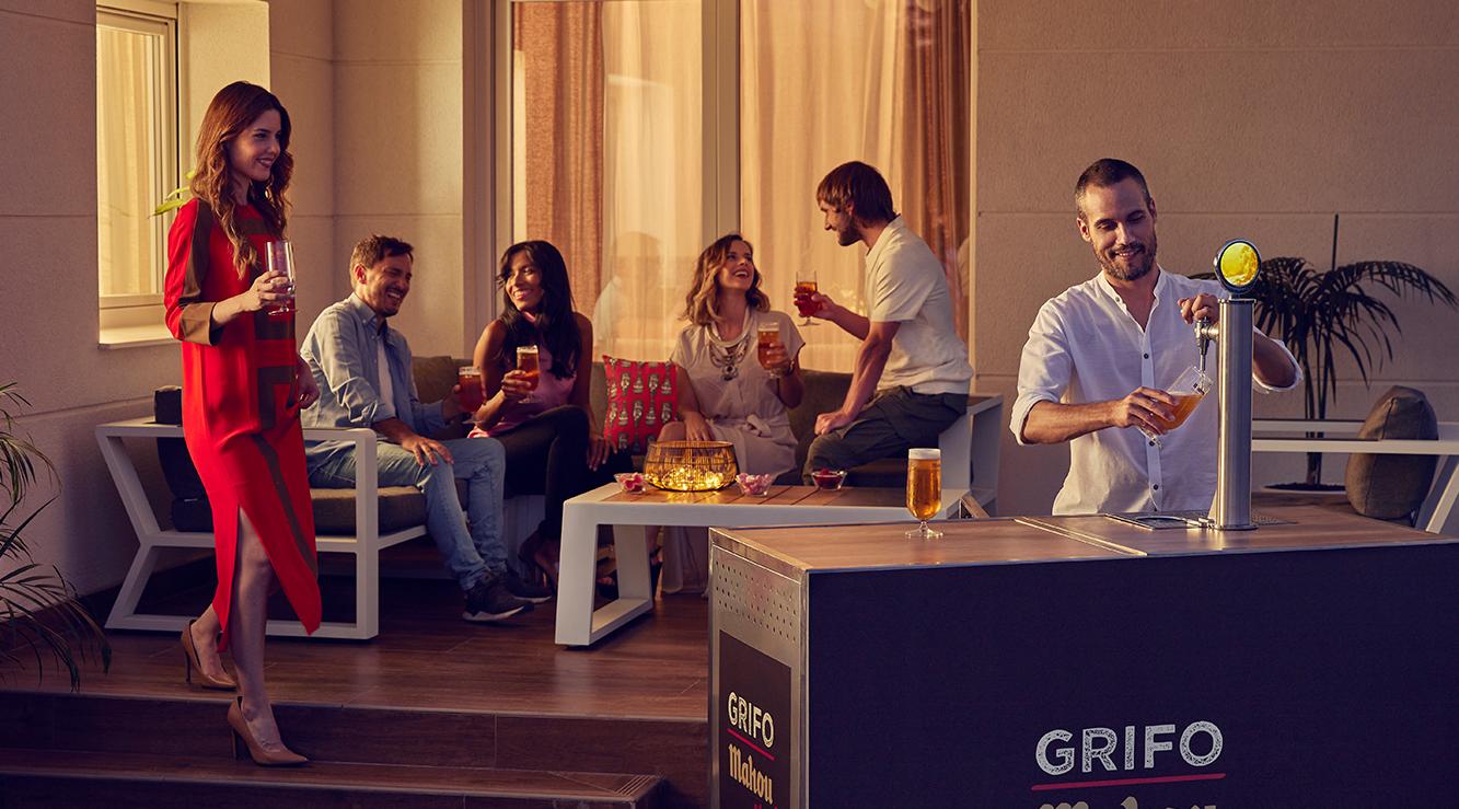 Gente disfrutando en terraza de una cerveza Mahou